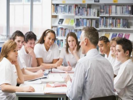 2017年5-8月雅思口语part2新题范文: a helpful person at work/school