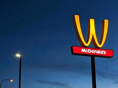 雅思阅读每日一练丨啥?麦当劳广告牌让风挂倒了?
