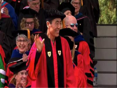 波士顿大学2018毕业典礼 张艺谋的出现带来大惊喜